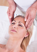 An Acupuncture Therapy In A Spa Center — Stock Photo
