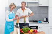 Ouder paar koken in de keuken — Stockfoto