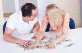 Casal animado coletando dinheiro — Fotografia Stock