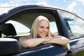Giovane donna bionda appoggiata sul finestrino della macchina — Foto Stock