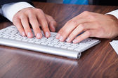 Homme d'affaires en tapant sur le clavier de l'ordinateur — Photo