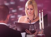 Młoda kobieta wybierając menu — Zdjęcie stockowe