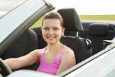 Młoda kobieta w samochodzie — Zdjęcie stockowe