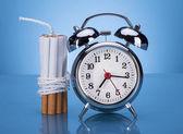 ロープと目覚まし時計と結ばれるタバコ — ストック写真