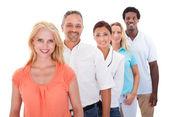 Multi-ethnischen gruppe stehen in einer zeile — Stockfoto