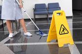 Pokojówka, sprzątanie podłogi — Zdjęcie stockowe