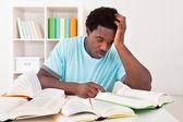 Martwi się młody człowiek afryki studia — Zdjęcie stockowe