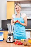 Frau machen erdbeer-milchshake — Stockfoto
