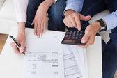 Close-up de casal fazendo as finanças em casa — Fotografia Stock