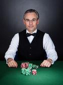 Porträtt av en croupier — Stockfoto