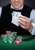 Croupier håller spelkort — Stockfoto