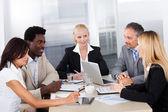 Grupo de empresários discutindo juntos — Foto Stock
