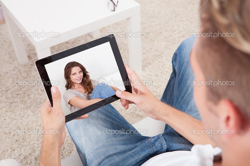 муж смотрит видеочат с девушками