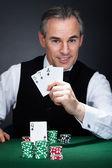 Croupier tenendo le carte da gioco — Foto Stock