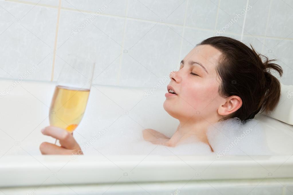 Donna nella vasca da bagno bere champagne foto stock andreypopov 30728367 - Foto nella vasca da bagno ...
