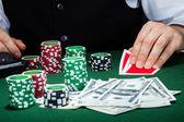 Portrait d'un croupier regardant des cartes à jouer — Photo