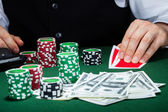 Ritratto di un croupier guardando carte da gioco — Foto Stock