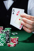 Croupier détenant des cartes à jouer — Photo