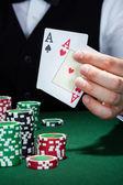 Croupier jugando cartas — Foto de Stock