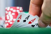 Poker hráč hospodářství hrací karty — Stock fotografie