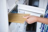 La main de femme tirant enveloppe de boîte aux lettres — Photo