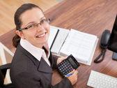 快乐的年轻女人,计算财务状况 — 图库照片