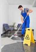 Uomo, pulizia del pavimento — Foto Stock