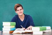 Jonge man studeren in klas — Stockfoto