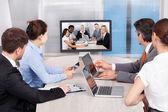 Podnikatelé při pohledu na obrazovku počítače — Stock fotografie