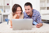 Couple Shopping Online Using Laptop And Credit Card — Stockfoto