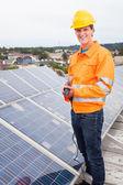 Inżynier dostosowując panele słoneczne — Zdjęcie stockowe