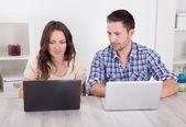 Ernst junges paar mit laptop — Photo