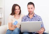 Giovane coppia lo shopping online — Foto Stock