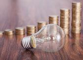 コインのスタックと電球 — ストック写真