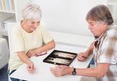Casal sênior jogar gamão — Foto Stock