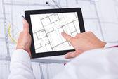 Arquitecto hombre analizar anteproyecto sobre tableta digital — Foto de Stock