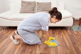 Sol nettoyage jeune servante — Photo