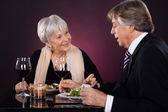 пожилые супружеские пары в ресторане — Стоковое фото
