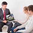 Estate Agent Showing Laptop To Couple — Foto Stock