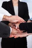Ondernemers hun handen stapelen — Stockfoto