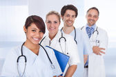 Grupo de médicos parados juntos sobre blanco — Foto de Stock