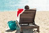 Donna con cappello santa rilassante sulla sedia a sdraio beach resort — Foto Stock