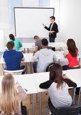 Učitel učí vysokoškoláky v učebně — Stock fotografie