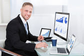 Businessman with good performance graph — Stockfoto