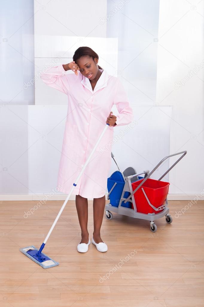 tage de lh tel nettoyage fatigu femme de m nage photographie andreypopov 43209303. Black Bedroom Furniture Sets. Home Design Ideas