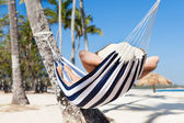 Femme dans le hamac sur la plage — Photo