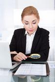 Femme d'affaires exploitation loupe — Photo