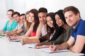 College-studenten sitzen am schreibtisch in einer reihe — Stockfoto