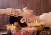 Man Receiving Head Massage From Massager In Spa — Stok fotoğraf