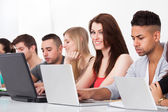 College-Studenten, die mit laptops — Stockfoto